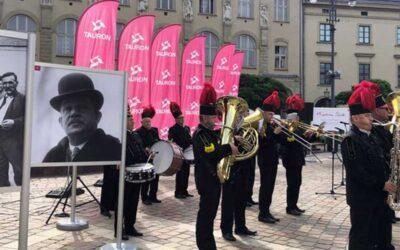 Górnicza orkiestra w centrum Krakowa. TAURON opowiada o historii Powstań Śląskich
